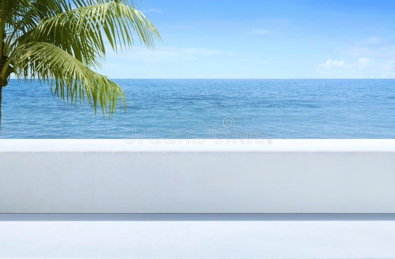 Bella vista del blu del mare dal terrazzo all'aperto immagini stock libere da diritti