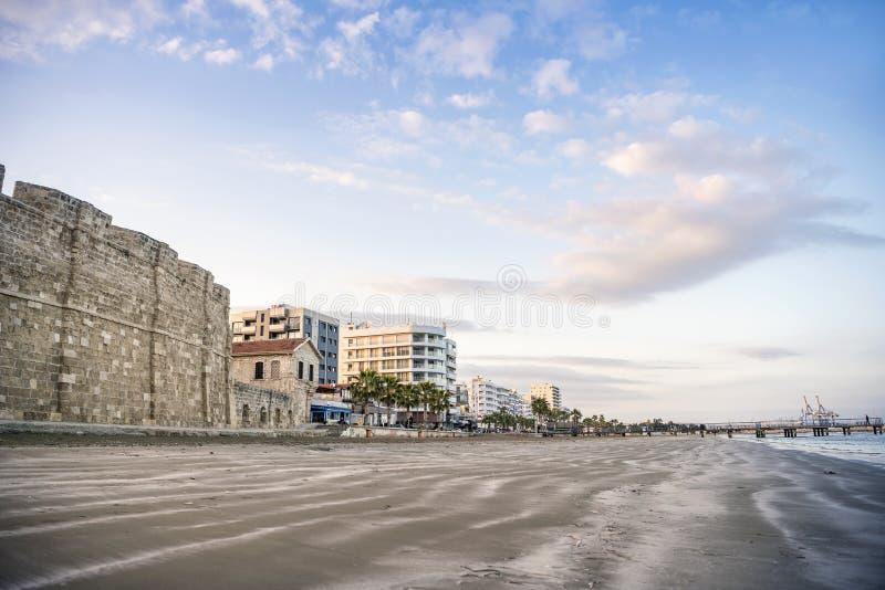 Bella vista del castello e della spiaggia in Larnaka, Cipro fotografia stock