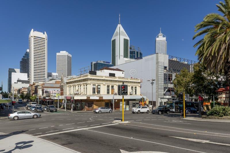 Bella vista del centro urbano di Perth, Australia, con la luna nel cielo blu fotografie stock libere da diritti