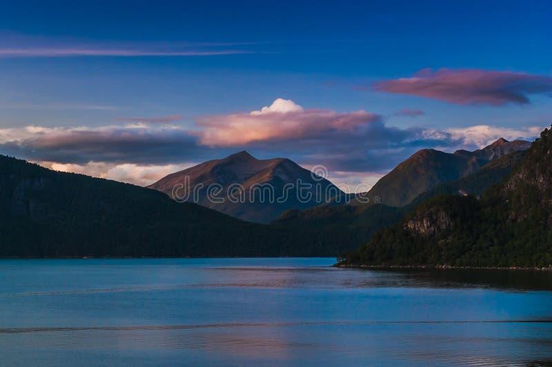 Bella vista del fiordo contro lo sfondo del cielo notturno norway immagini stock libere da diritti