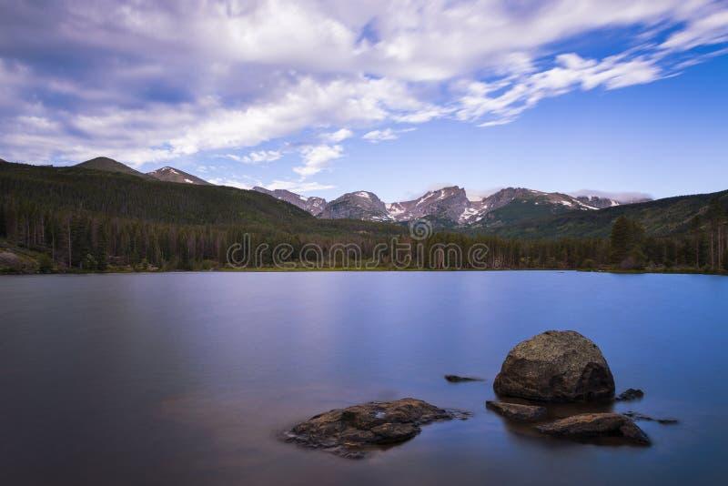 Bella vista del lago bear in Rocky Mountains National Park, nello stato di colorado immagine stock