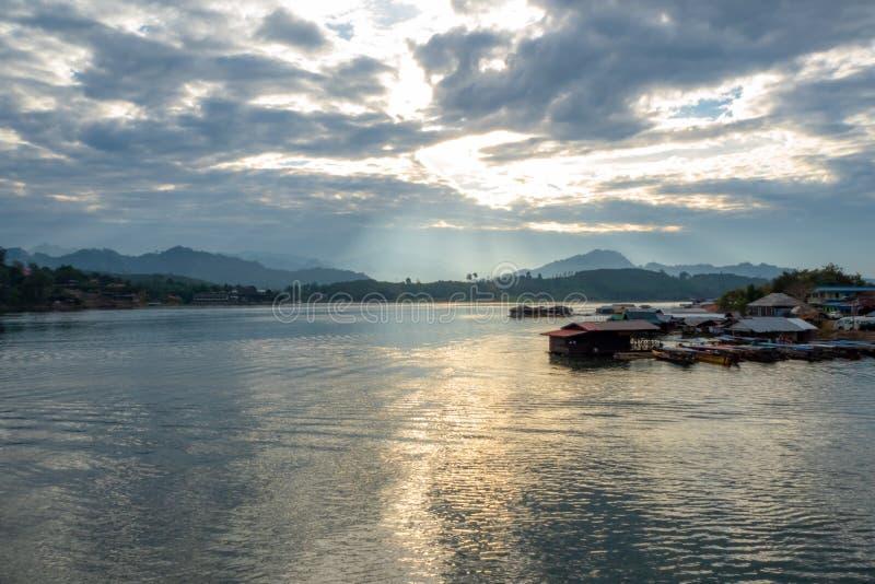 Bella vista del lago con luce solare di mattina con la casa del pescatore fotografie stock libere da diritti