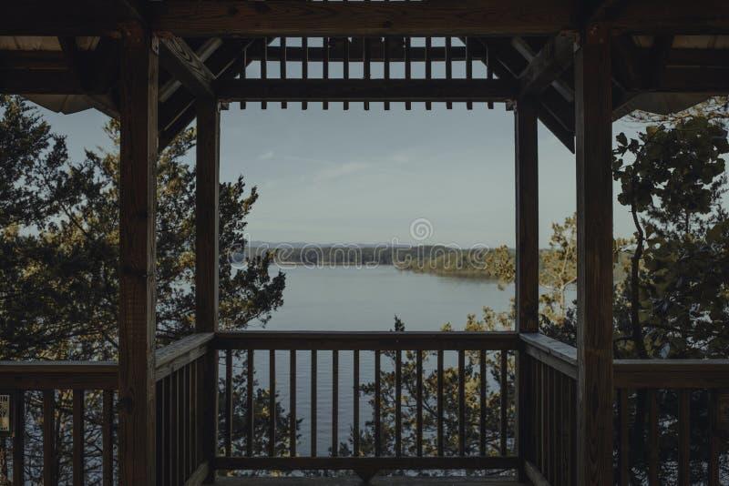 Bella vista del lago con un litorale da un supporto conico di legno immagini stock libere da diritti