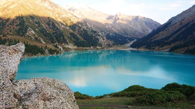 Bella vista del lago della montagna di colore celeste fotografia stock