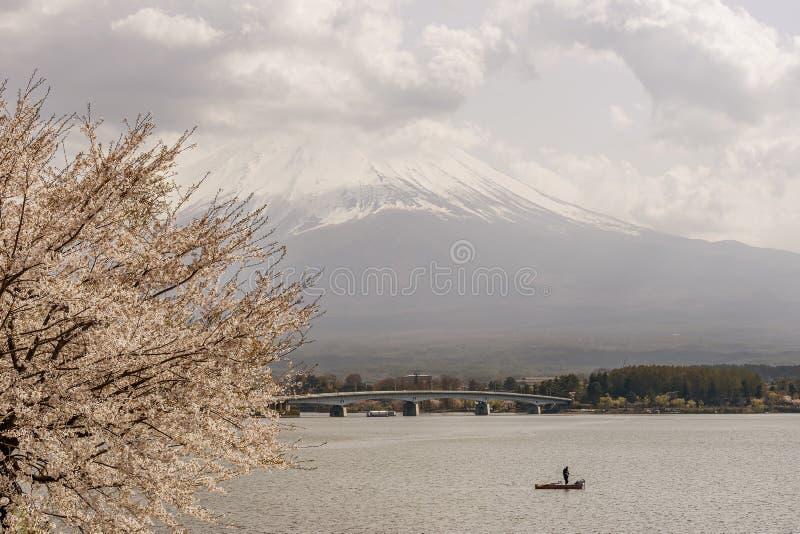 Bella vista del lago Kawaguchi ed il monte Fuji con un pescatore solo della barca, Giappone immagine stock libera da diritti