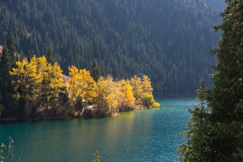 Bella vista del lago Kolsai dell'alta montagna nel Kazakistan, centr immagine stock libera da diritti