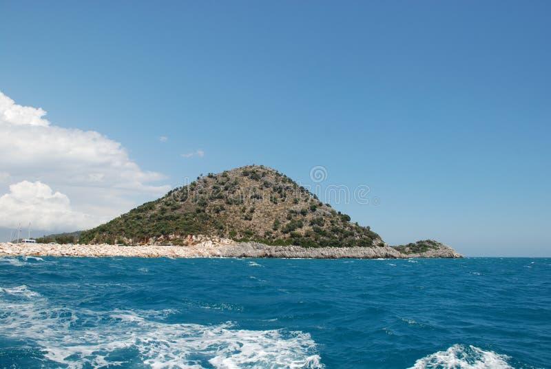Bella vista del mar Mediterraneo e della riva rocciosa sotto il cielo blu fotografie stock