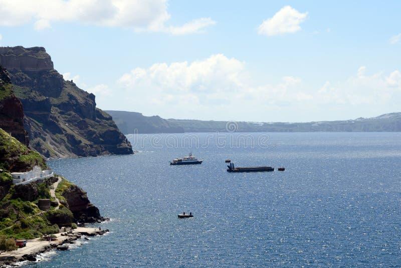 Bella vista del mare, degli yacht e delle montagne coperti di fiori fotografie stock