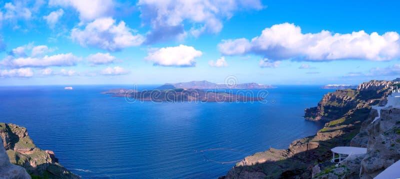 Bella vista del mare, della caldera e dell'isola Primo mattino sull'isola di Santorini, Grecia Panorama immagini stock