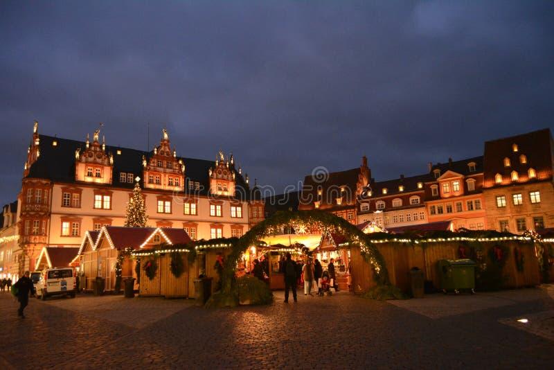 Bella vista del mercato pittoresco di Natale in Coburg al crepuscolo Germania fotografia stock