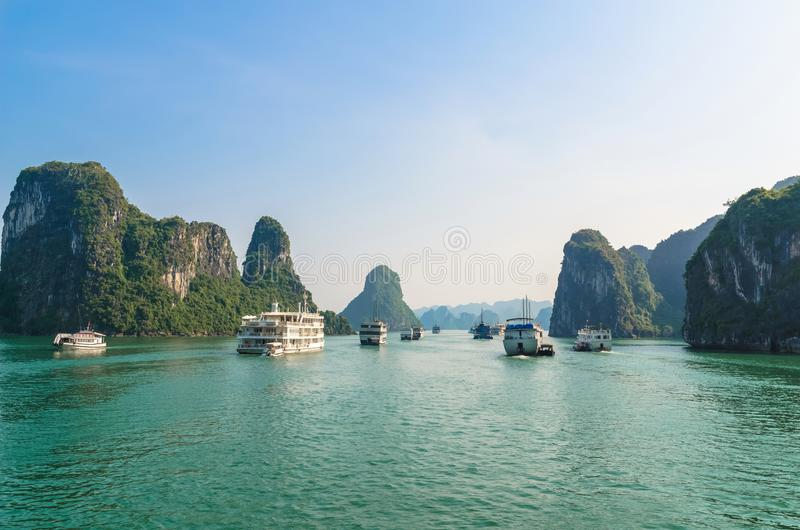 Bella vista del paesaggio della baia di Halong, è il sito del patrimonio mondiale dell'Unesco immagini stock libere da diritti