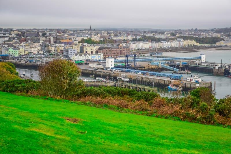 Bella vista del paesaggio della città della spiaggia di Douglas nell'Isola di Man immagini stock libere da diritti