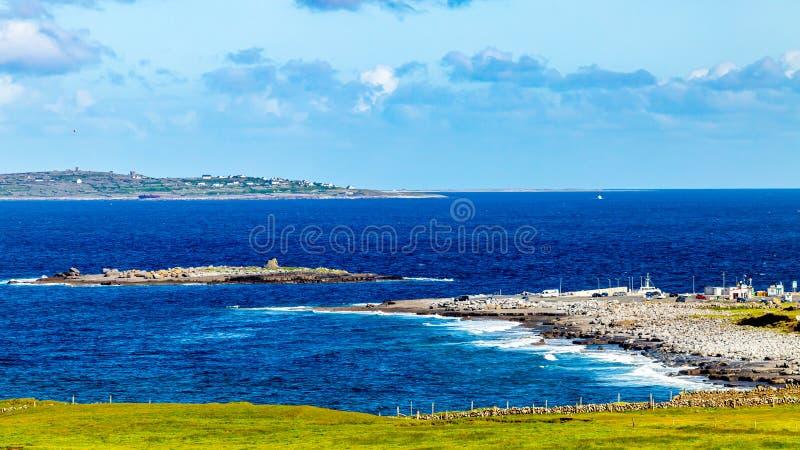 Bella vista del pilastro di Doolin, è baia e la piccola isola del granchio immagine stock libera da diritti