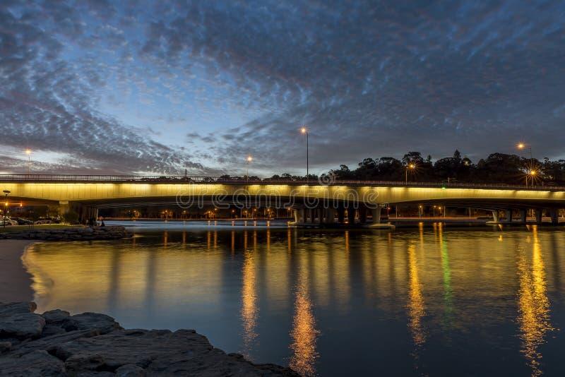 Bella vista del ponte degli stretti sul fiume all'ora blu, Perth, Australia occidentale del cigno fotografie stock