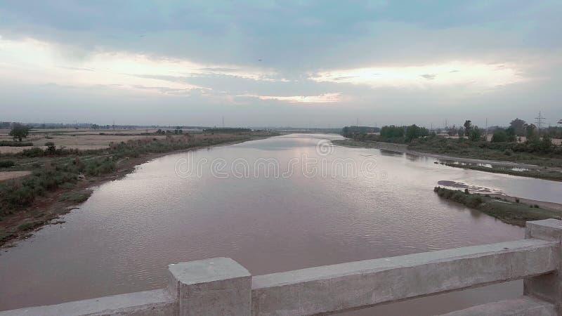 Bella vista del ponte sui tramonti in natura fotografia stock libera da diritti