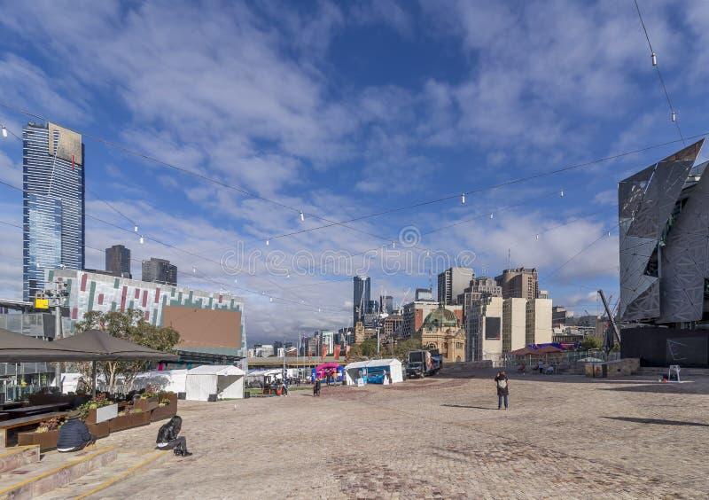 Bella vista del quadrato di federazione nel centro urbano di Melbourne, Australia, un giorno soleggiato immagini stock libere da diritti