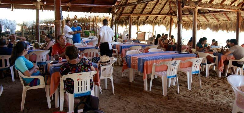 Bella vista del ristorante della spiaggia nei Maldives fotografia stock