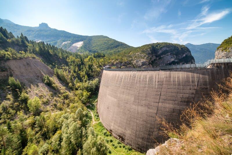Bella vista del sito commemorativo alla diga di Vajont, Veneto, Italia immagini stock libere da diritti