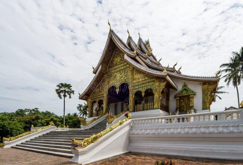 Bella vista del tempio reale di colpo di Pha del biancospino di Luang Prabang, Laos immagini stock libere da diritti
