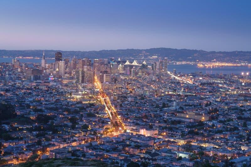 Bella vista del tramonto a San Francisco dai picchi gemellati e dal LG fotografie stock