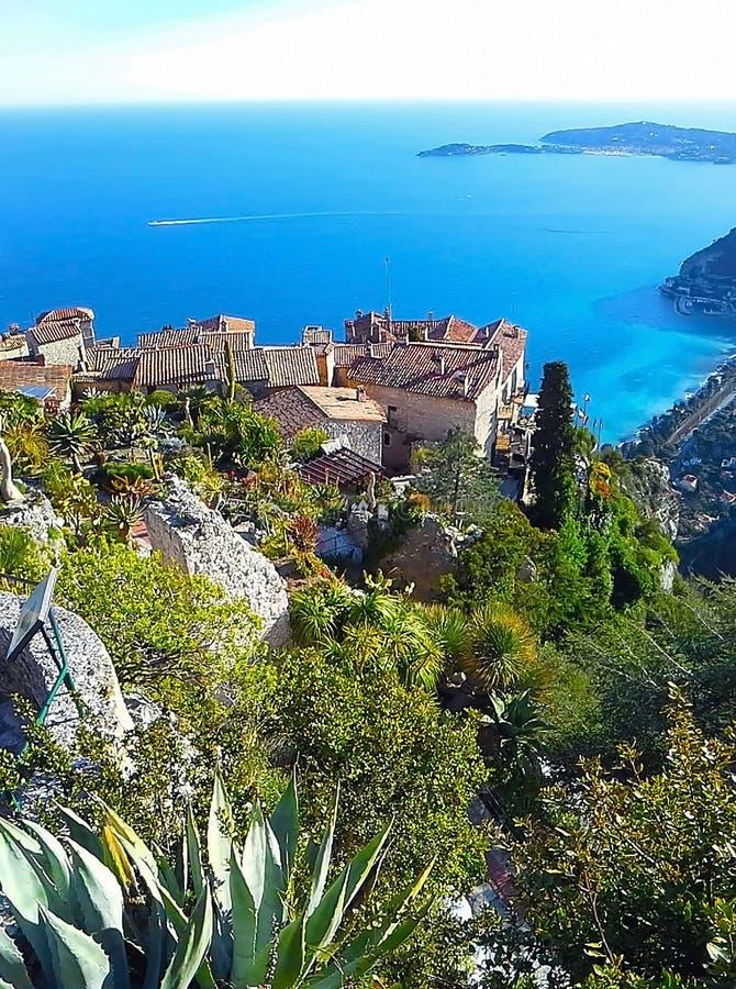 Bella vista del villaggio di Eze, un giardino botanico con i cactus, aloe Riviera Mediterraneo e francese, Cote d'Azur, Francia fotografie stock libere da diritti