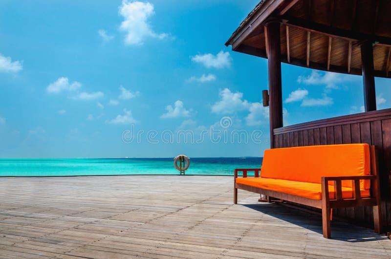 Bella vista dell'acqua del turchese dell'Oceano Indiano dal pilastro di una capanna, Maldive fotografia stock