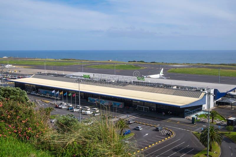 Bella vista dell'aeroporto di Ponta Delgada contro il cielo e l'oceano fotografia stock