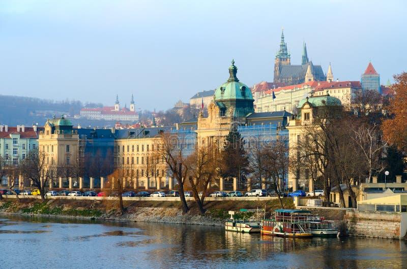 Bella vista dell'argine del fiume della Moldava, Camera di governo dell'accademia di Strakov castello della repubblica Ceca, Prag immagini stock libere da diritti