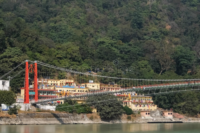 Bella vista dell'argine del fiume di Ganga in Rishikesh, India fotografia stock