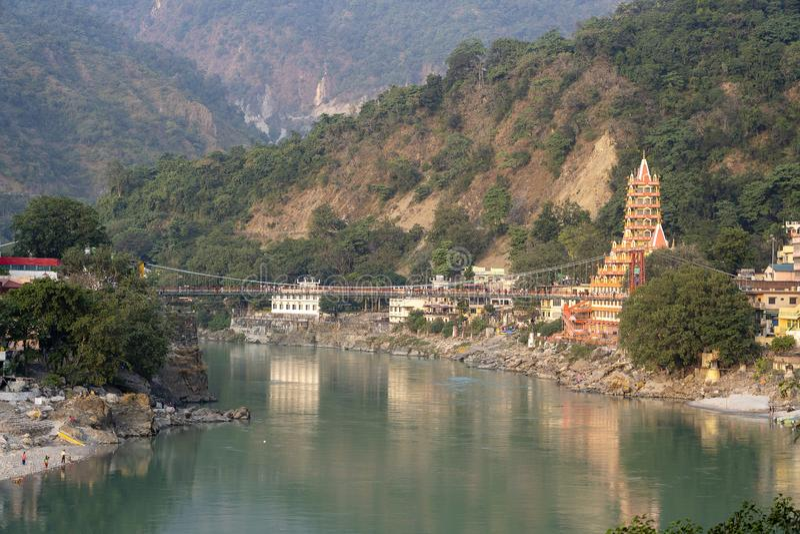 Bella vista dell'argine e del tempio del Gange in Rishikesh, India immagine stock