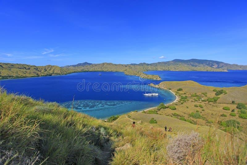 Bella vista dell'isola del Flores, Indonesia con il blu drammatico SK immagine stock libera da diritti