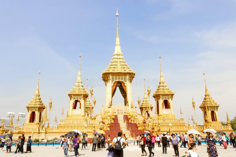 Bella vista dell'oro il crematorio reale per il HM il re recente Bhumibol Adulyadej e molta gente al 4 novembre 2017 immagini stock libere da diritti