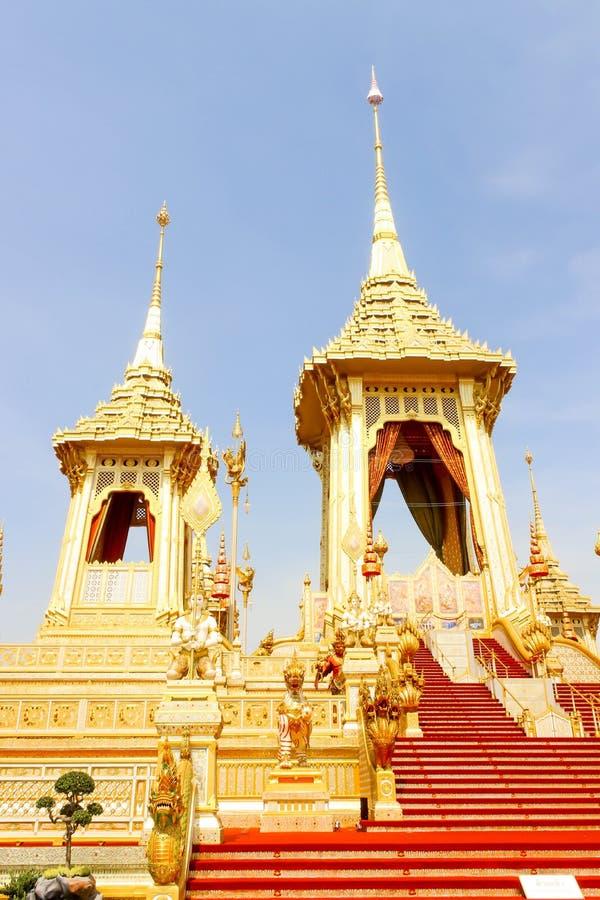 Bella vista dell'oro il crematorio reale per il re recente Bhumibol Adulyadej al 4 novembre 2017 immagini stock libere da diritti