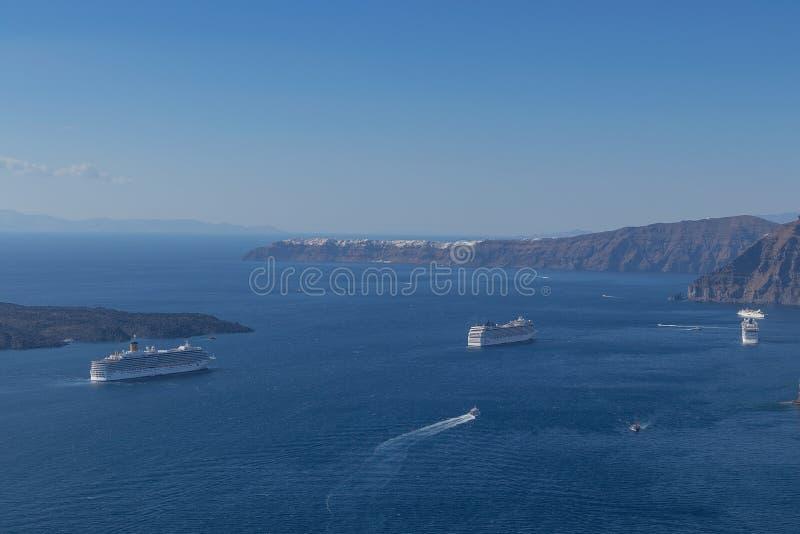 Bella vista della caldera con le crociere del passeggero Santorini, Gre fotografie stock