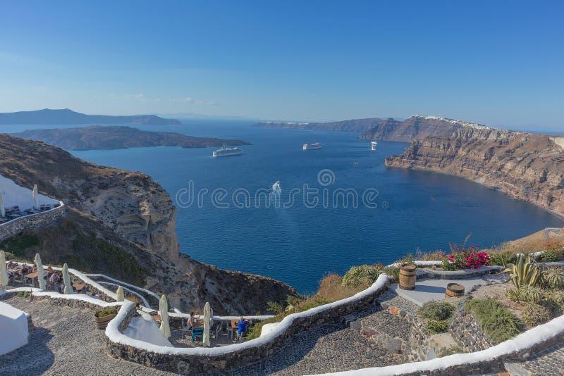 Bella vista della caldera con le crociere del passeggero Santorini, Gre fotografia stock libera da diritti