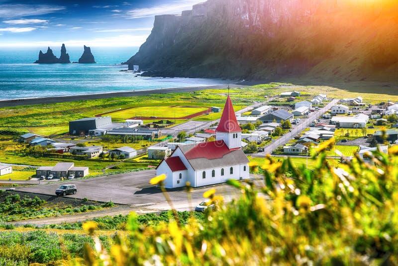 Bella vista della chiesa cristiana di Vikurkirkja in fiori di fioritura fotografia stock libera da diritti