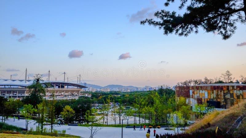 Bella vista della città con un tramonto immagine stock