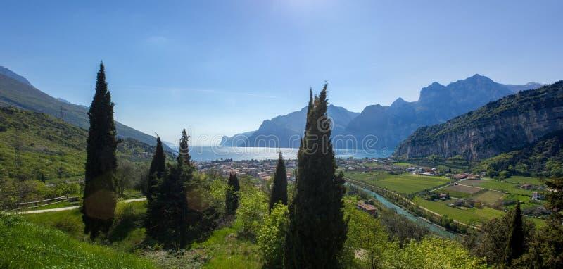 Bella vista della città di Nago Torbole in lago della polizia - Trentino Alto Adige, Italia immagine stock libera da diritti