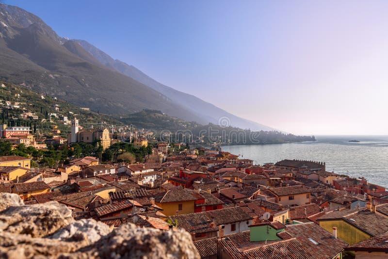 Bella vista della città Malcesine e delle montagne delle alpi su Lago di Garda, vista dell'orizzonte Veneto, Italia immagine stock libera da diritti