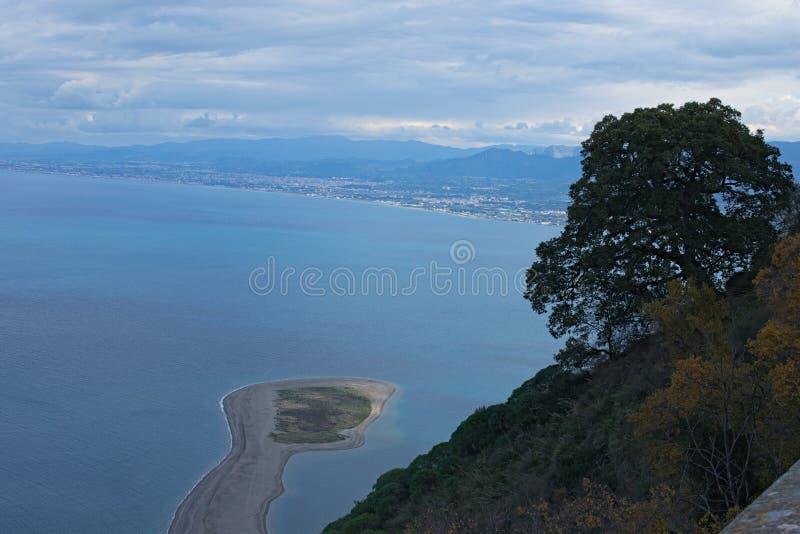 Bella vista della città Marinello da area facente un giro turistico vicino al santuario di Madonna di Tindari Tindari sicily fotografia stock