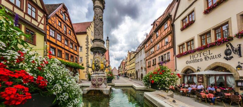 Bella vista della città storica del der Tauber del ob di Rothenburg con la fontana, Franconia, Baviera, Germania fotografia stock