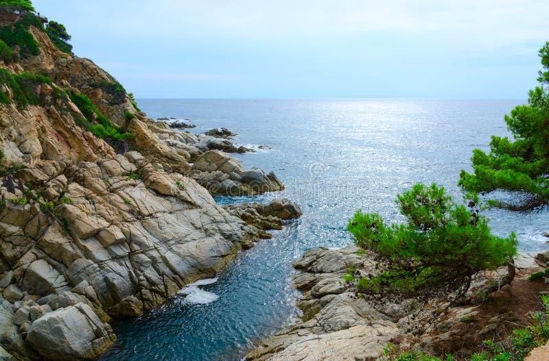 Bella vista della costa e del mare rocciosi, Costa Brava, Spagna fotografie stock