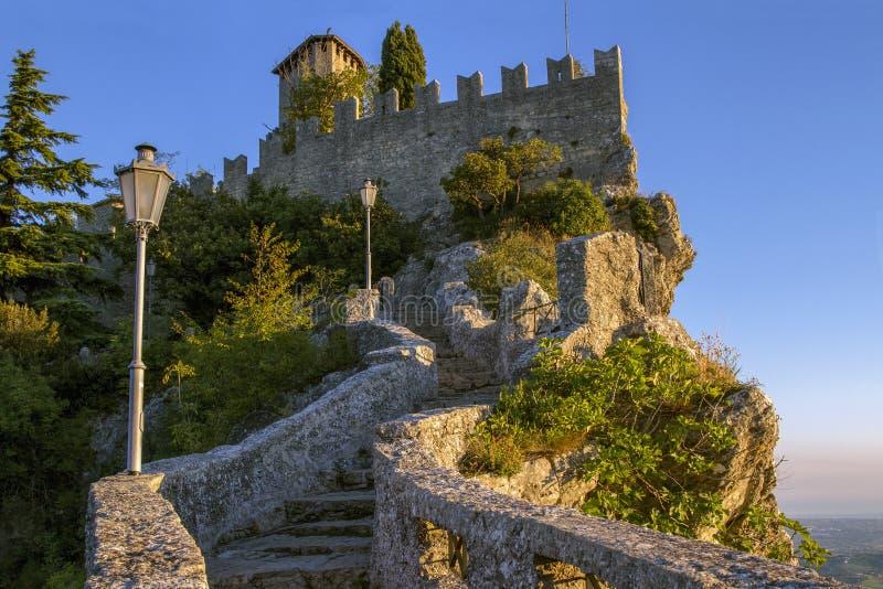 Bella vista della fortezza di Guaita in Repubblica di San Marino fotografia stock libera da diritti