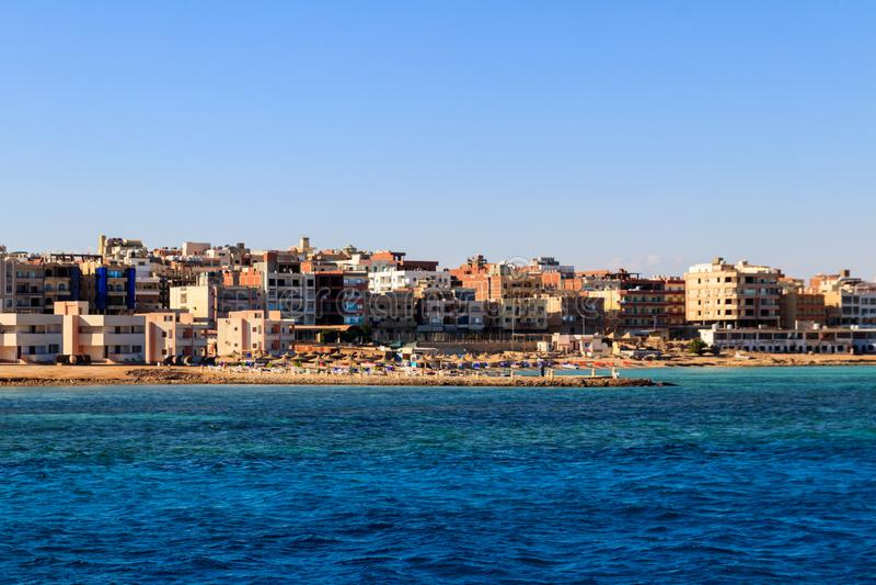 Bella vista della linea costiera con le case e gli hotel in Hurghada, Egitto Vista dal Mar Rosso fotografia stock libera da diritti