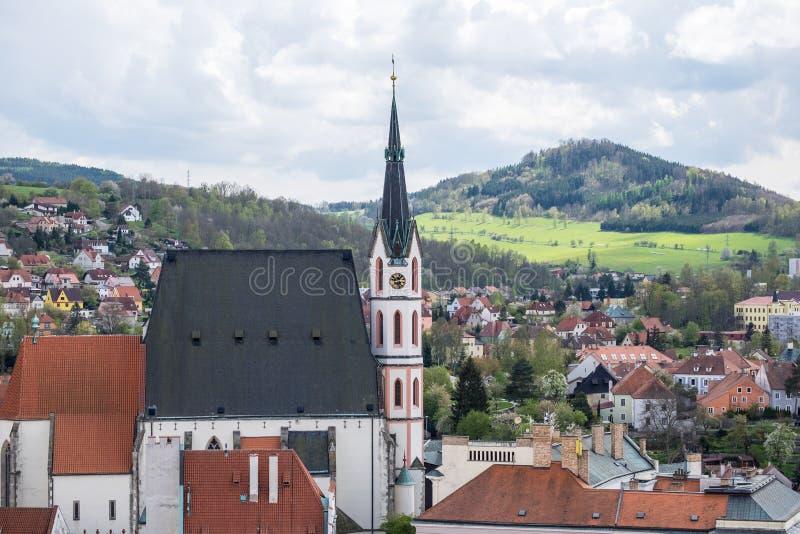 Bella vista della molla alla chiesa ed al castello in Cesky Krumlov, repubblica Ceca fotografia stock libera da diritti