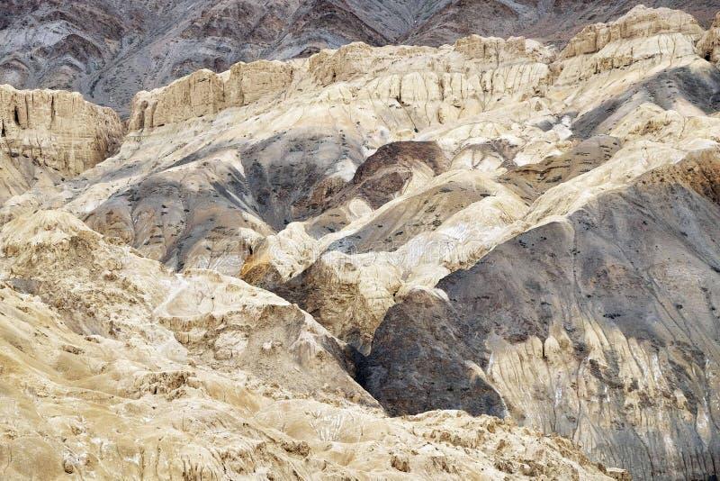 Bella vista della montagna marrone del ` s di strato in Leh-Ladakh, il Jammu e Kashmir, India immagine stock