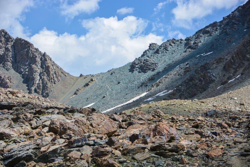 Bella vista della montagna della neve e cielo nuvoloso Catene montuose alpine sceniche del paesaggio Montagne di Terskey Alatoo,  fotografie stock libere da diritti