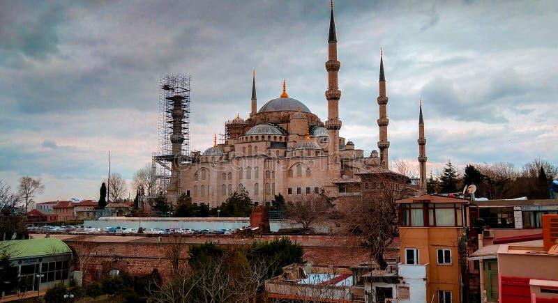Bella vista della moschea blu di underconsturction nel istambul immagini stock