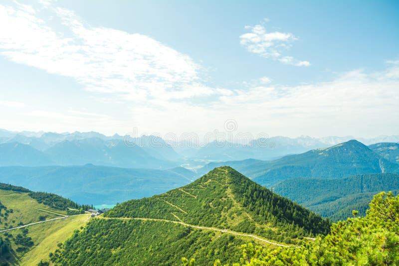 Bella vista della natura e delle montagne dalla montagna di Herzogstand, Baviera, Germania fotografia stock libera da diritti