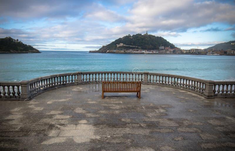 Bella vista della riva sull'isola Santa Clara nella baia del concha dell'Oceano Atlantico, San Sebastian, paese basco, spagna fotografie stock